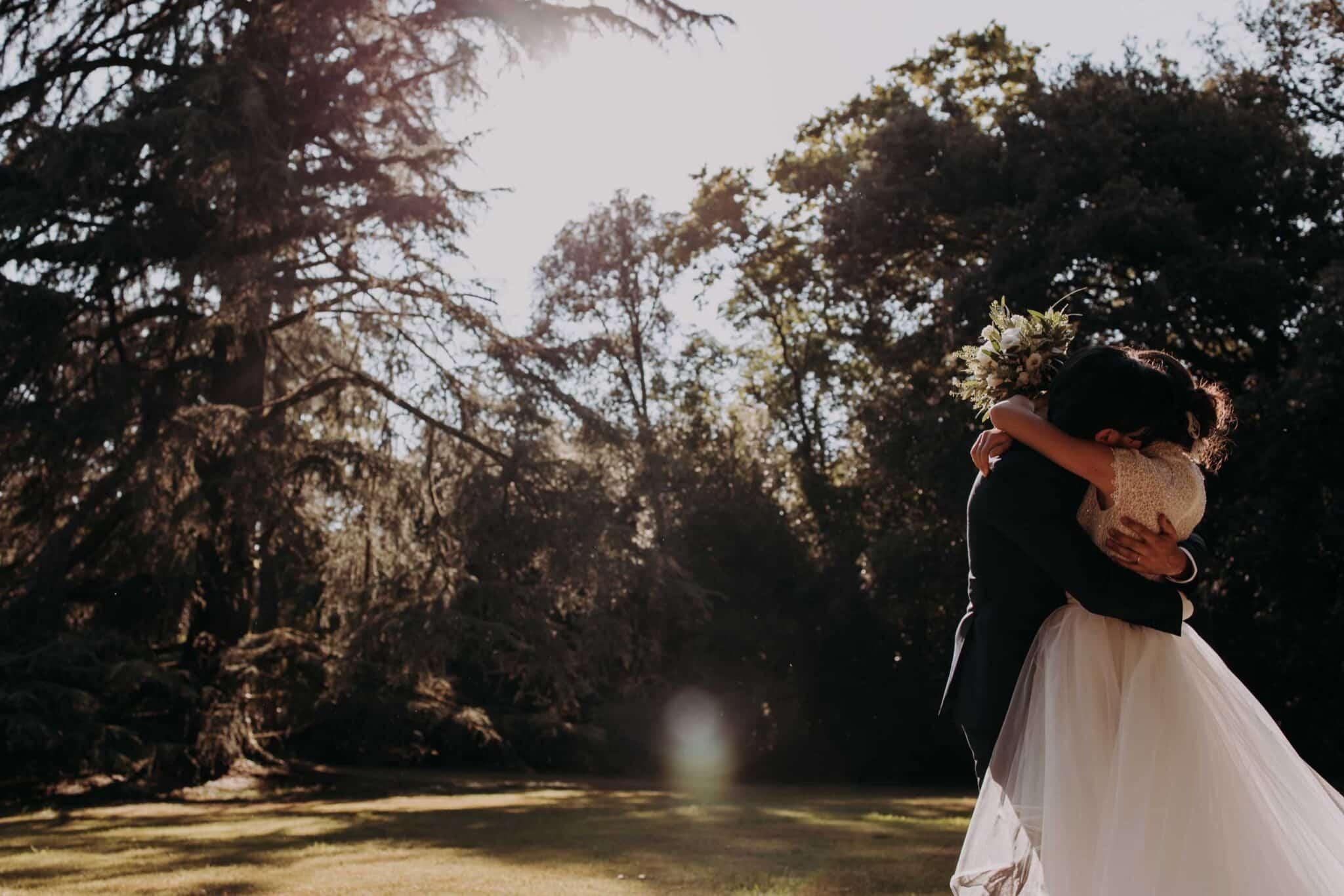 un raggio di luce che abbraccia gli sposi a Villa Grabau