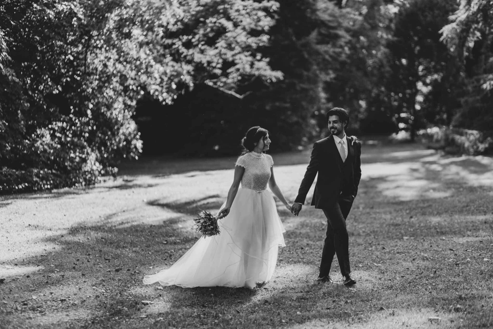 gli sposi camminano nel parco di Villa Grabau
