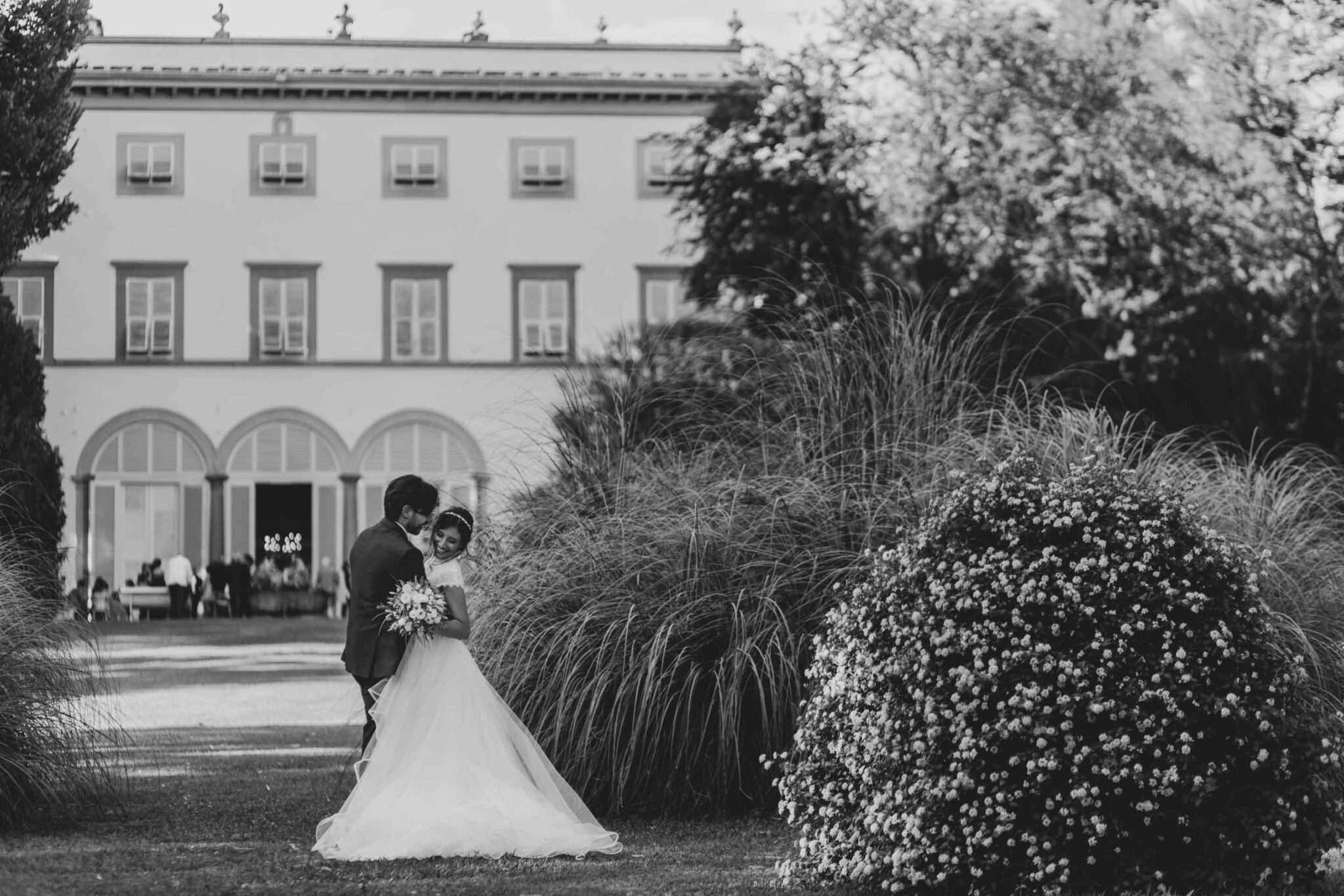 gli sposi si abbracciano davanti Villa Grabau