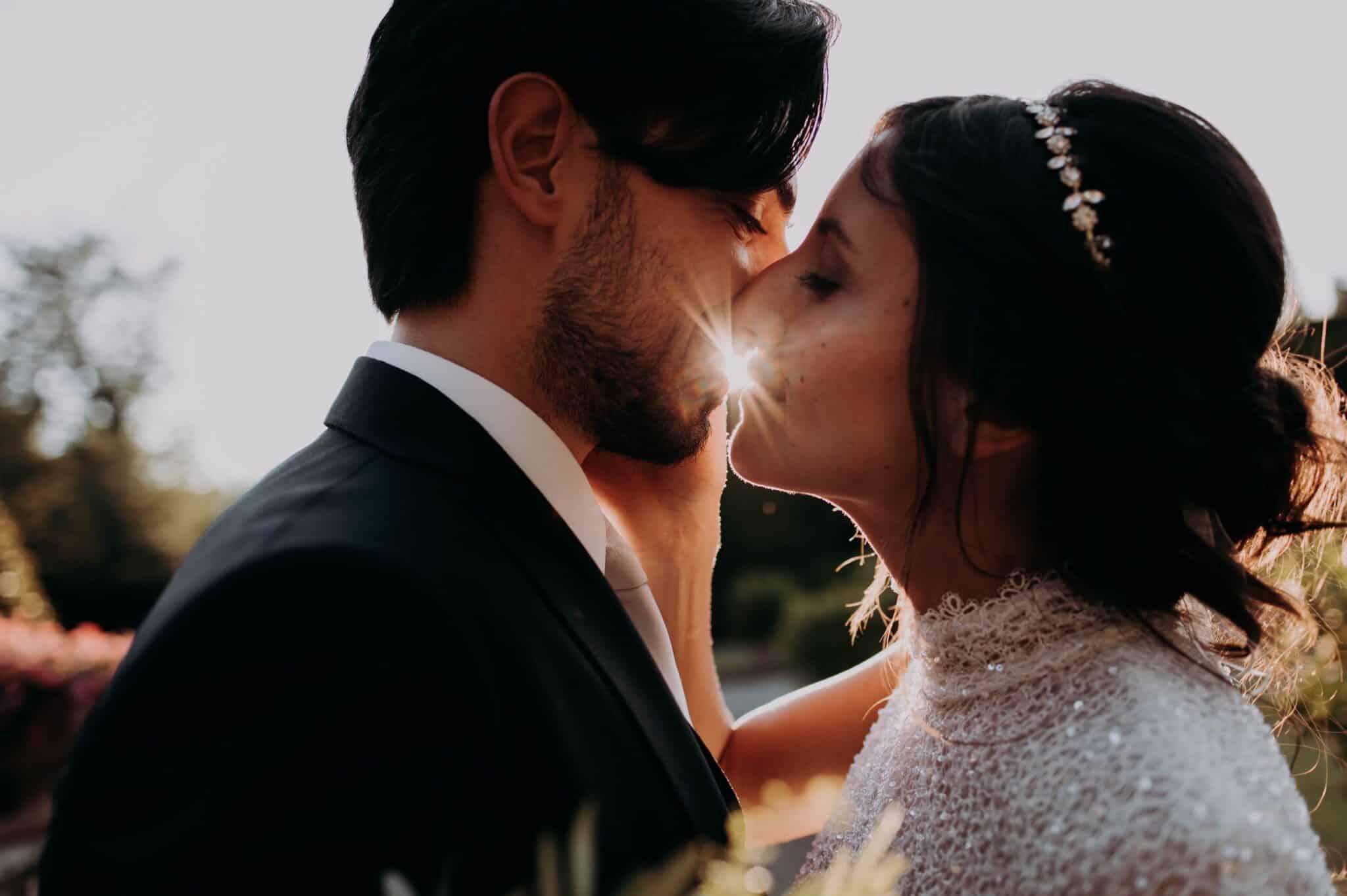 bacio romantico nel giardino di Villa Grabau