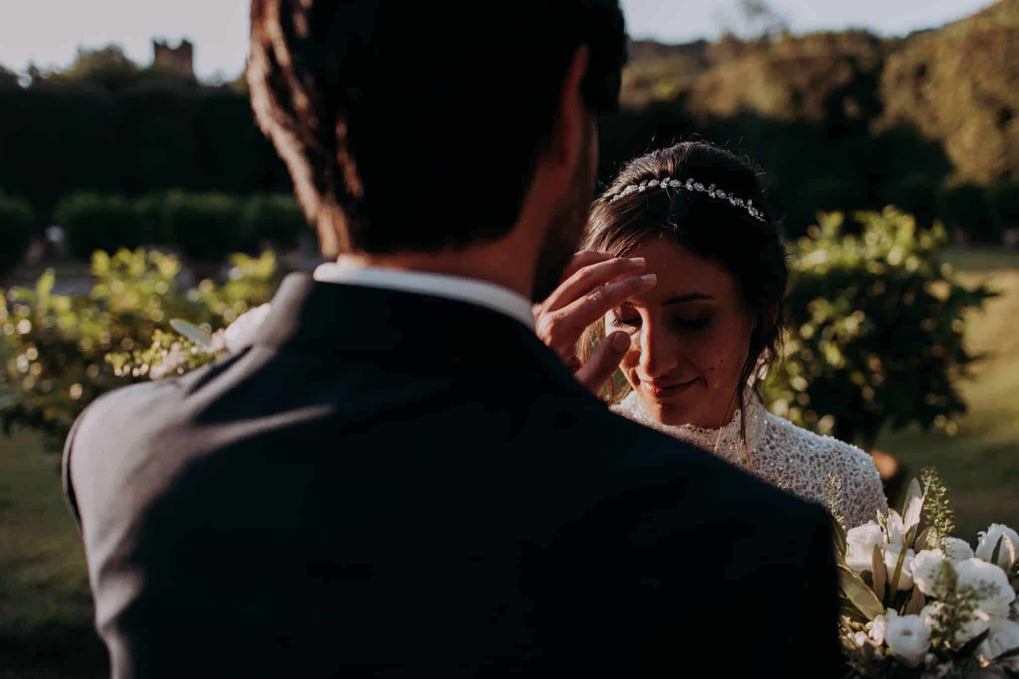 un momento intimo degli sposi nel giardino di Villa Grabau