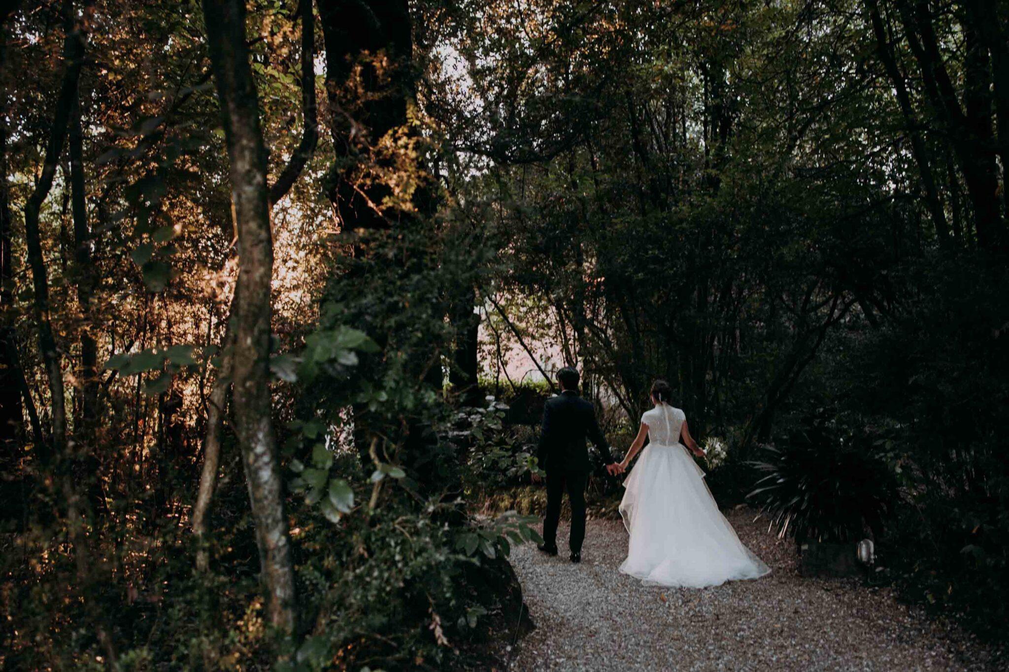 passeggiando nel giardino di Villa Grabau con gli sposi