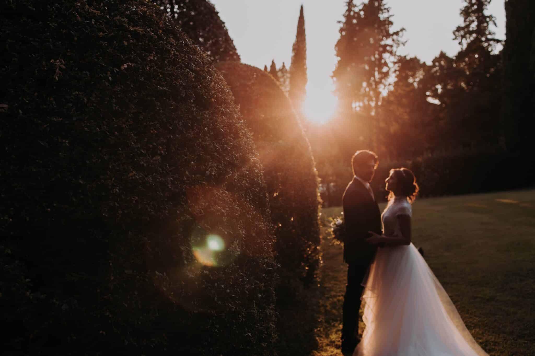 gli sposi al tramonto nel giardino di Villa Grabau
