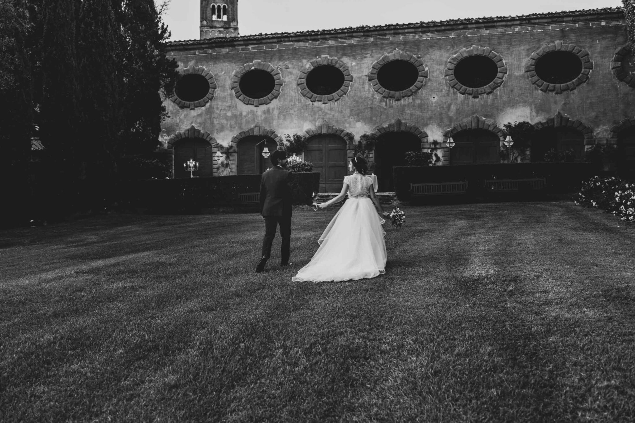gli sposi davanti la Limonia di Villa Grabau