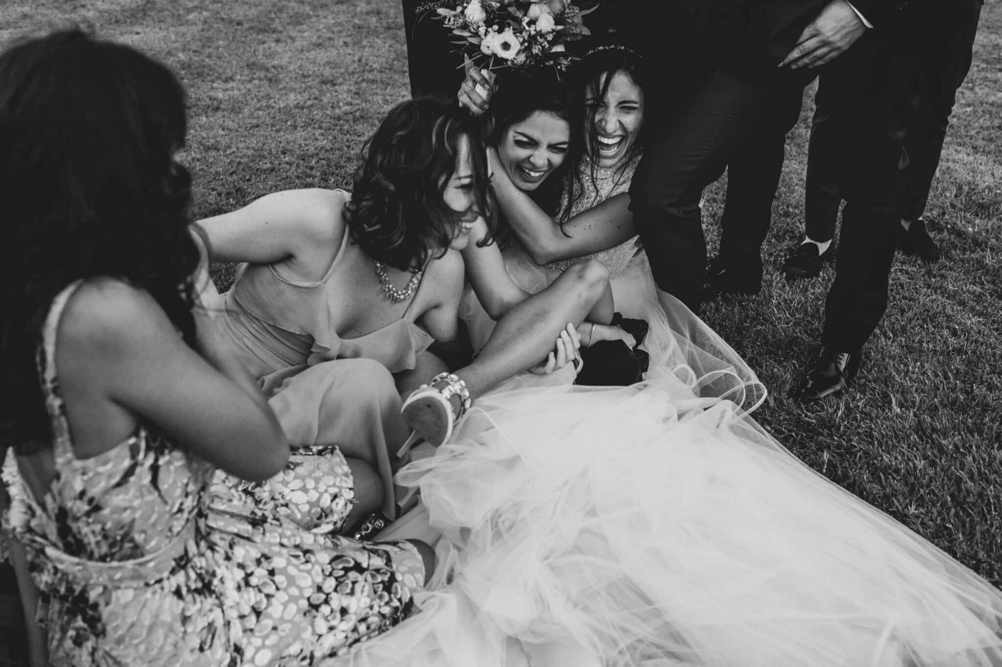 scherzi con gli amici a Villa Grabau durante un matrimonio