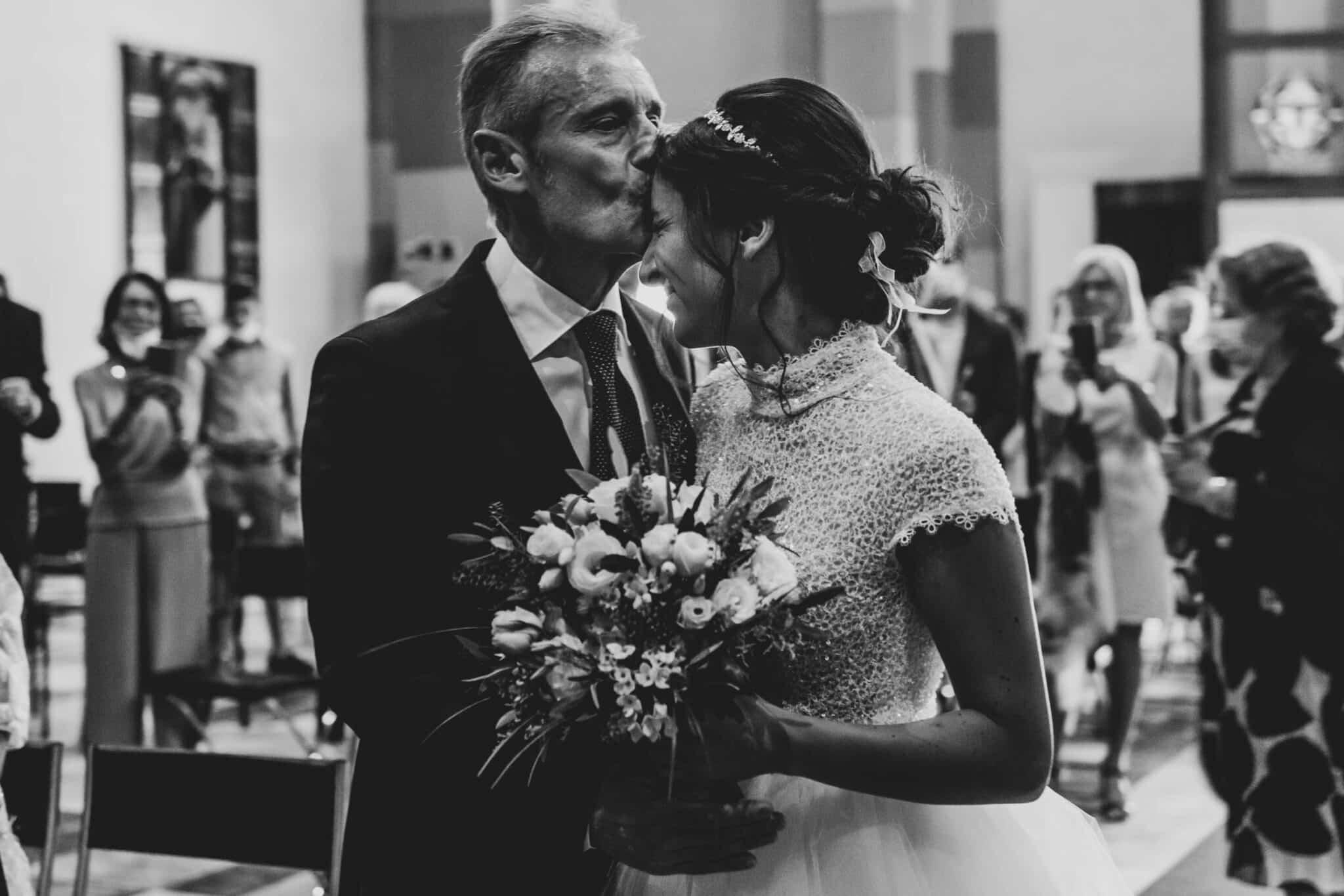 il papà saluta la figlia, prima della cerimonia ad un matrimonio ad Altopascio
