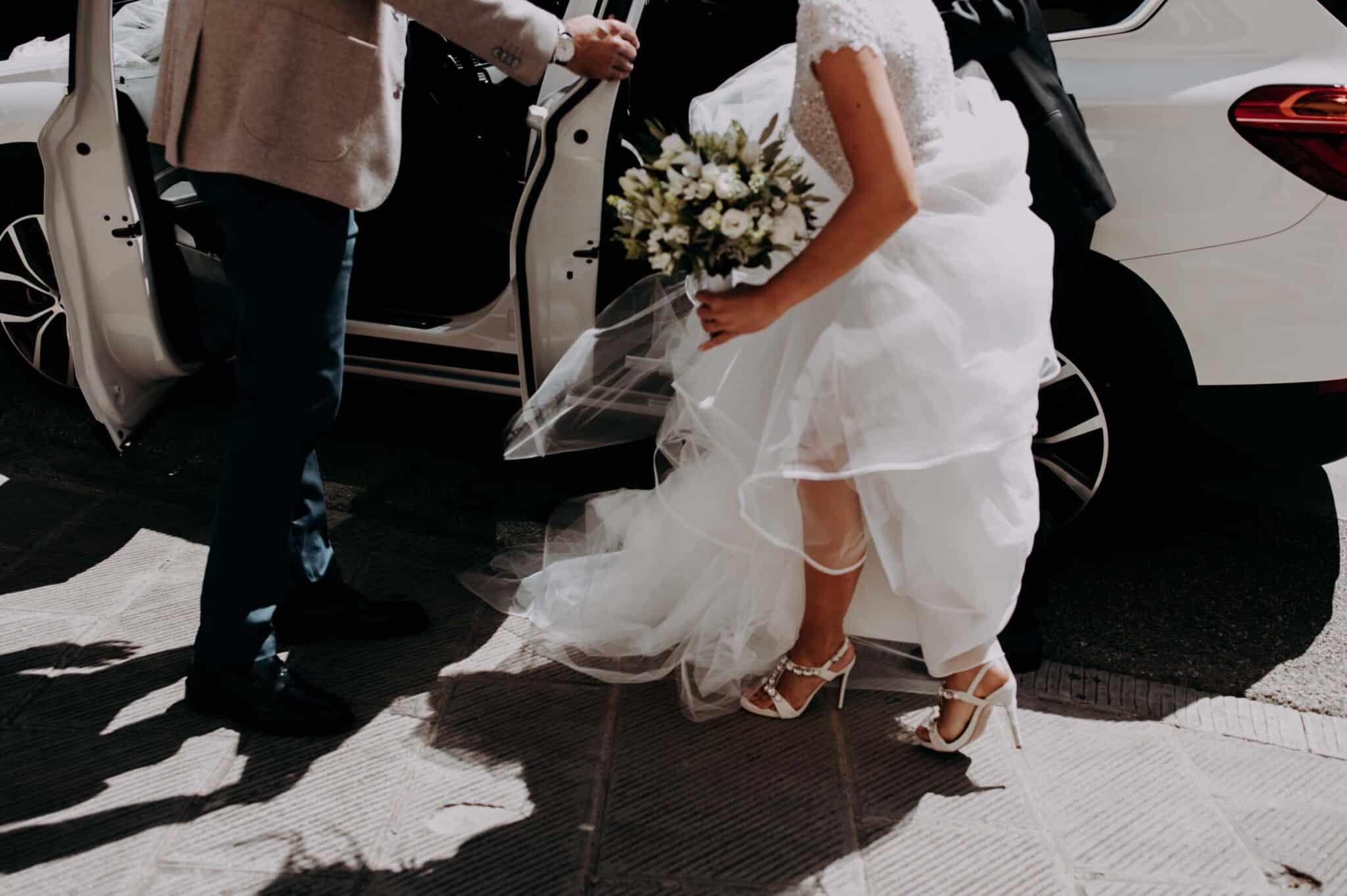 dettagli dell'arrivo della sposa ad un matrimonio ad Altopascio