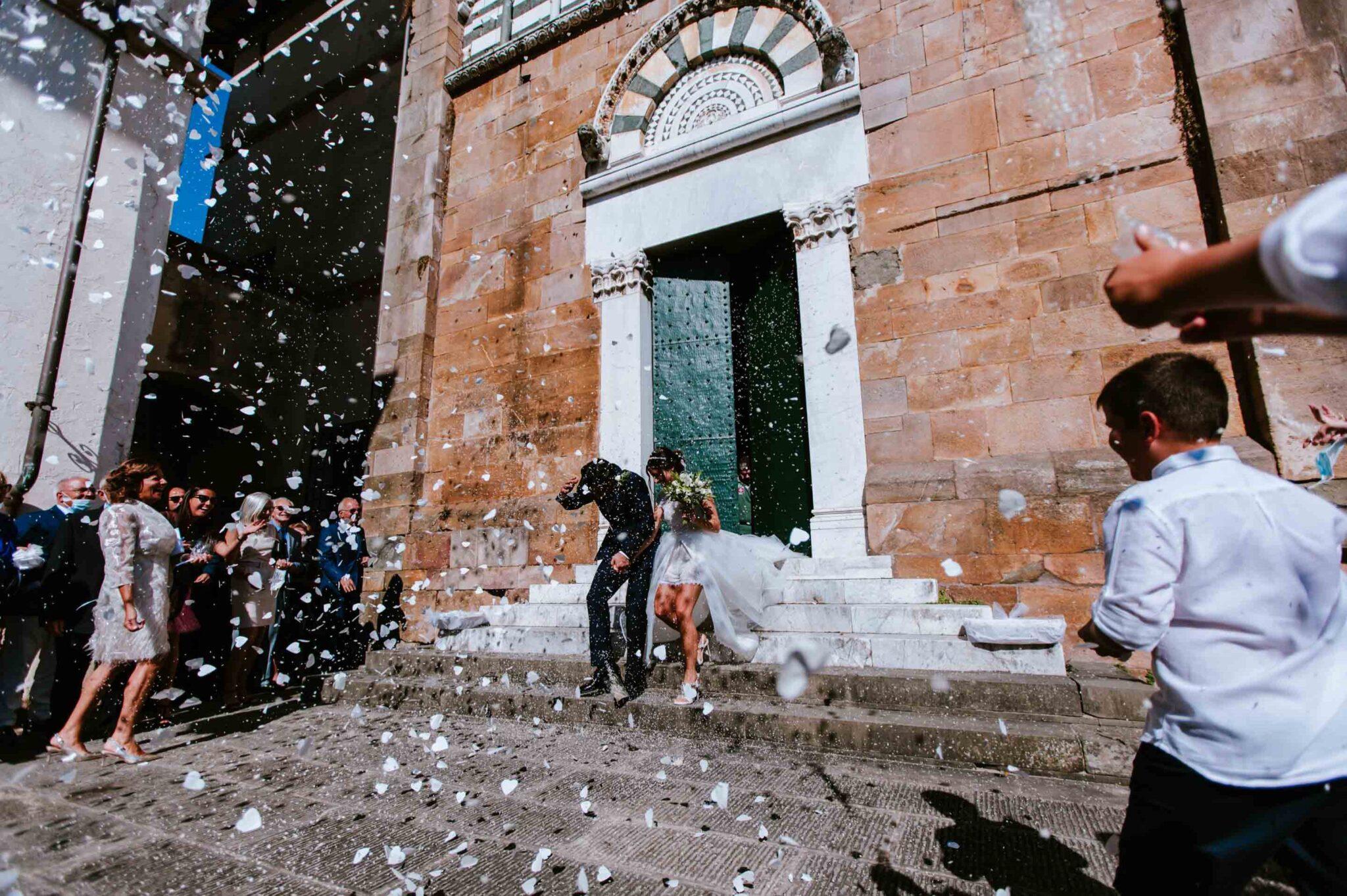 il momento del lancio del riso alla chiesa di Altopascio
