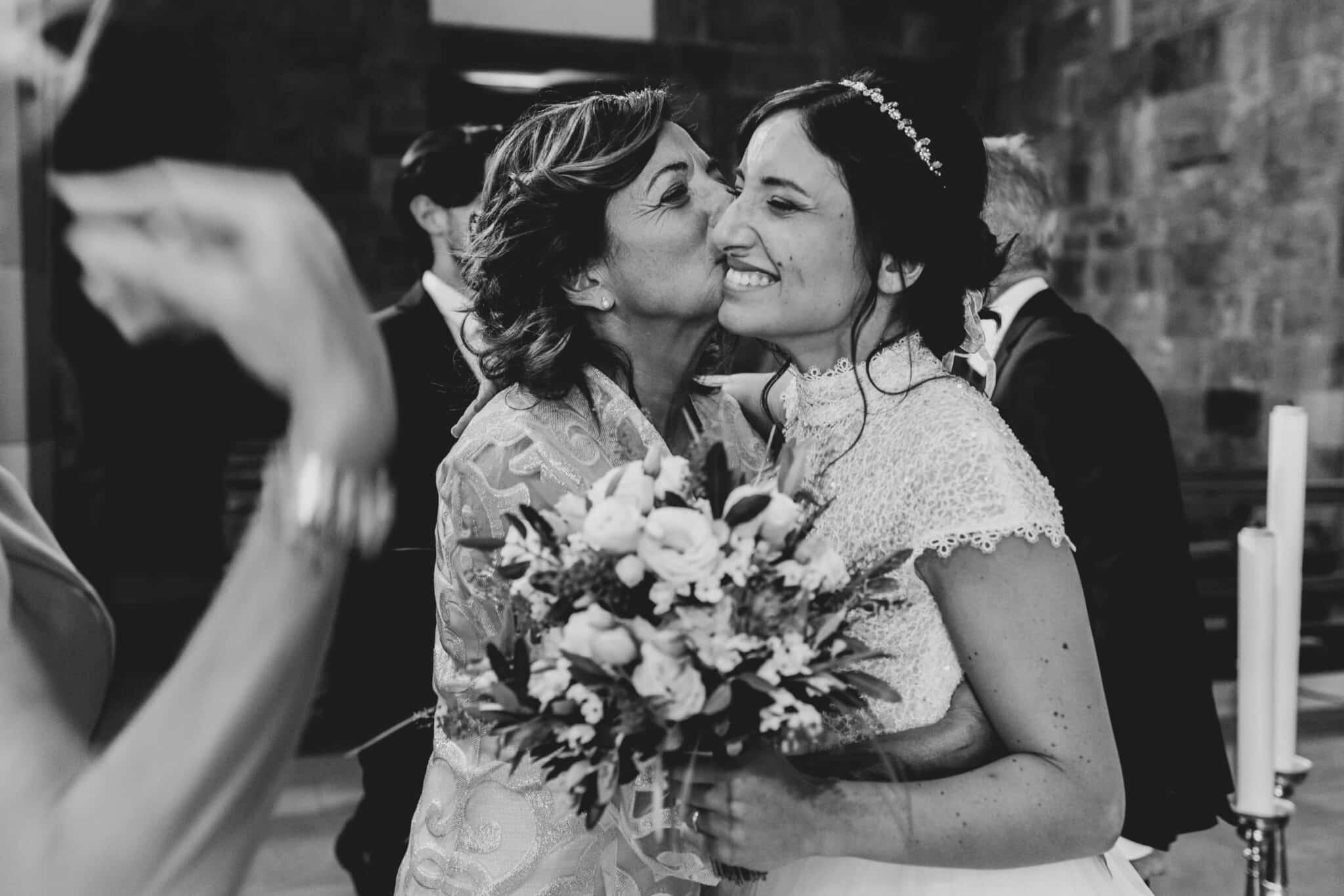 la suocera che si congratula con la sposa ad un matrimonio ad Altopascio