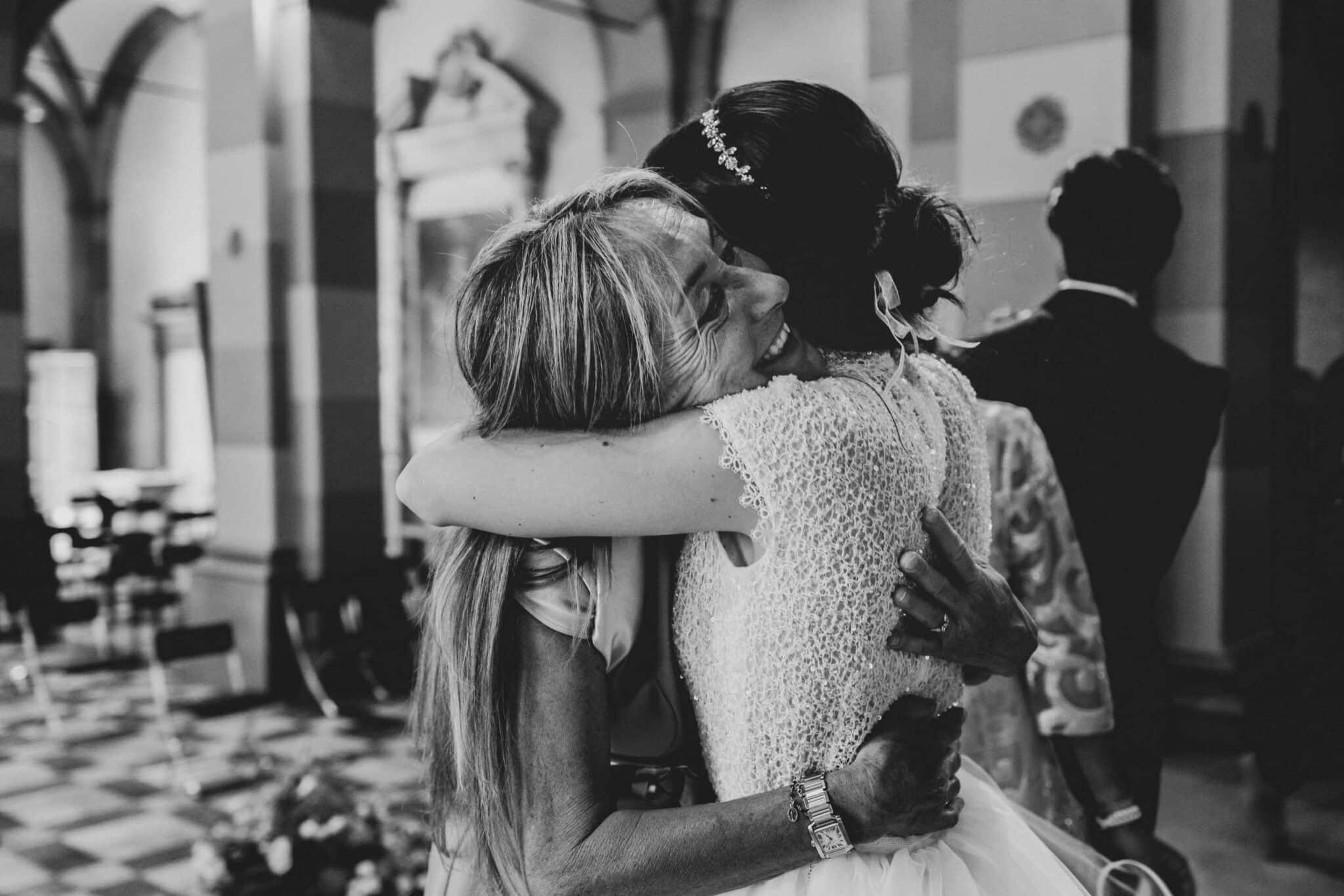 l'abbraccio della mamma alla figlia appena sposata ad un matrimonio ad Altopascio