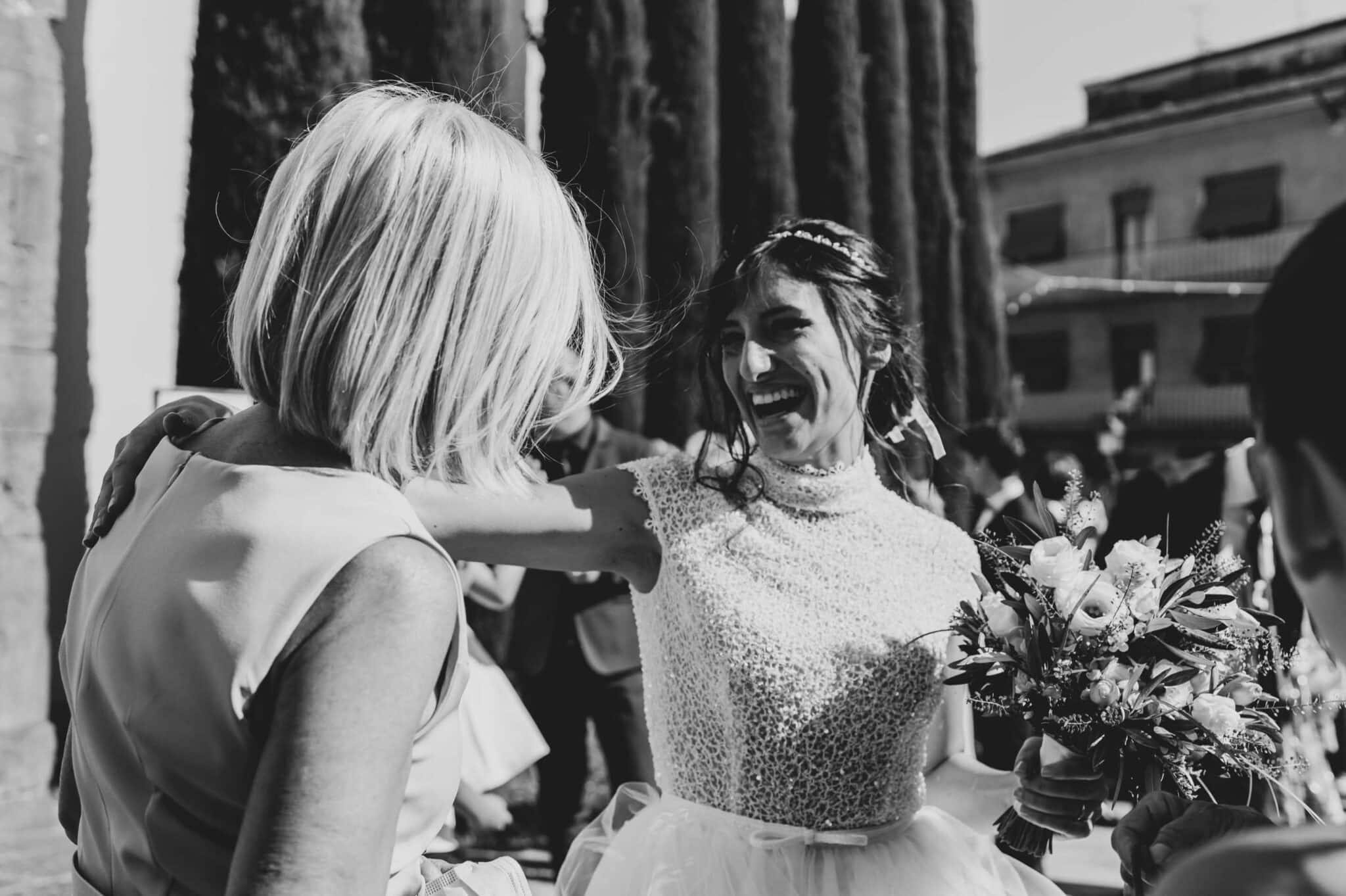 risate e abbracci durante un matrimonio ad Altopascio