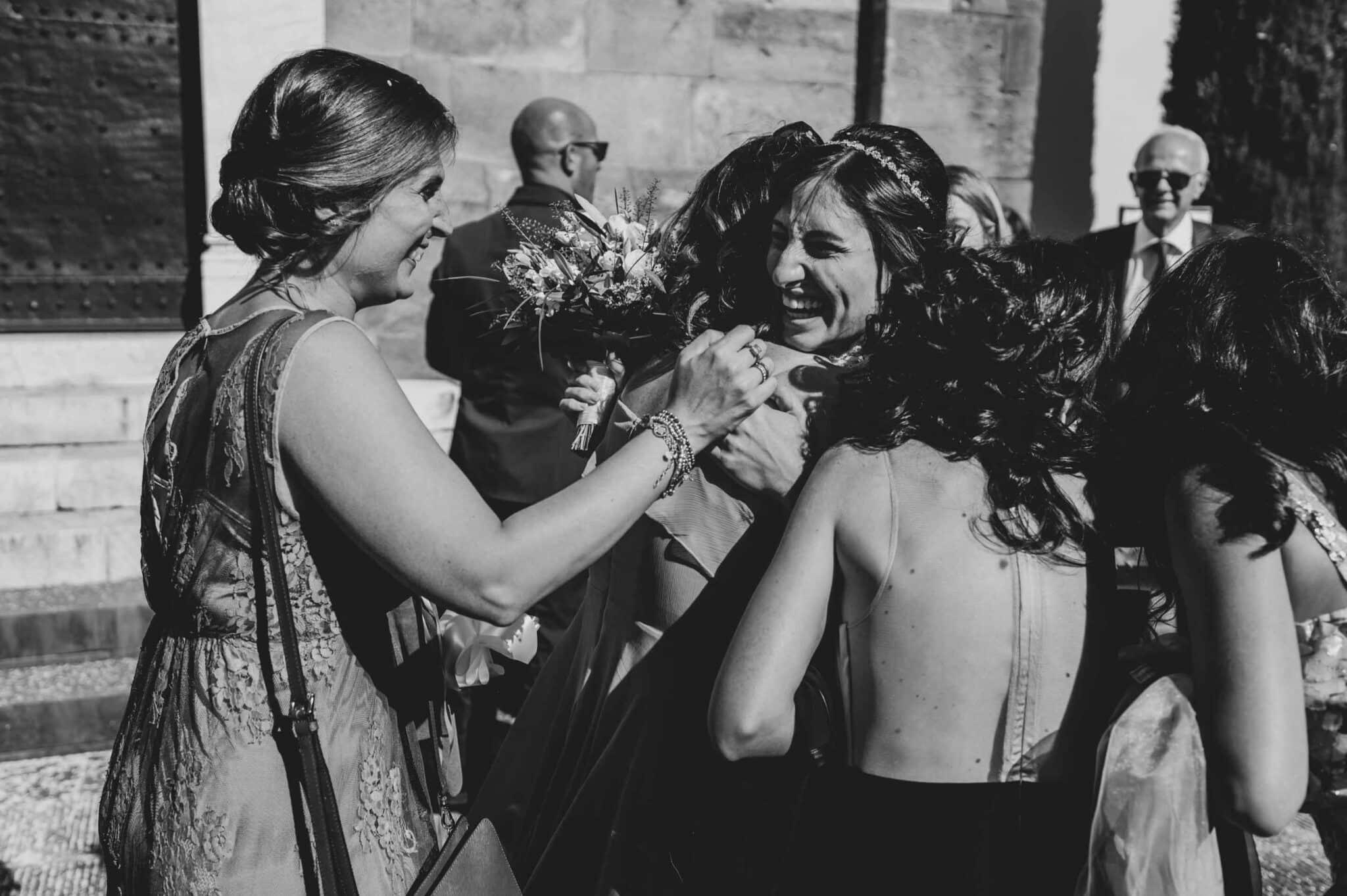 abbracci con gli amici durante un matrimonio ad Altopascio