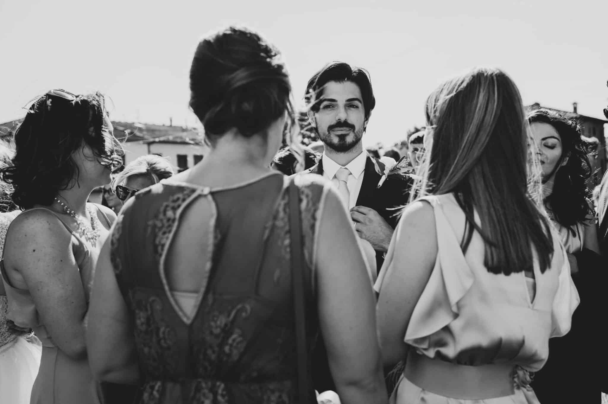 lo sposo circondato dagli amici durante un matrimonio ad Altopascio