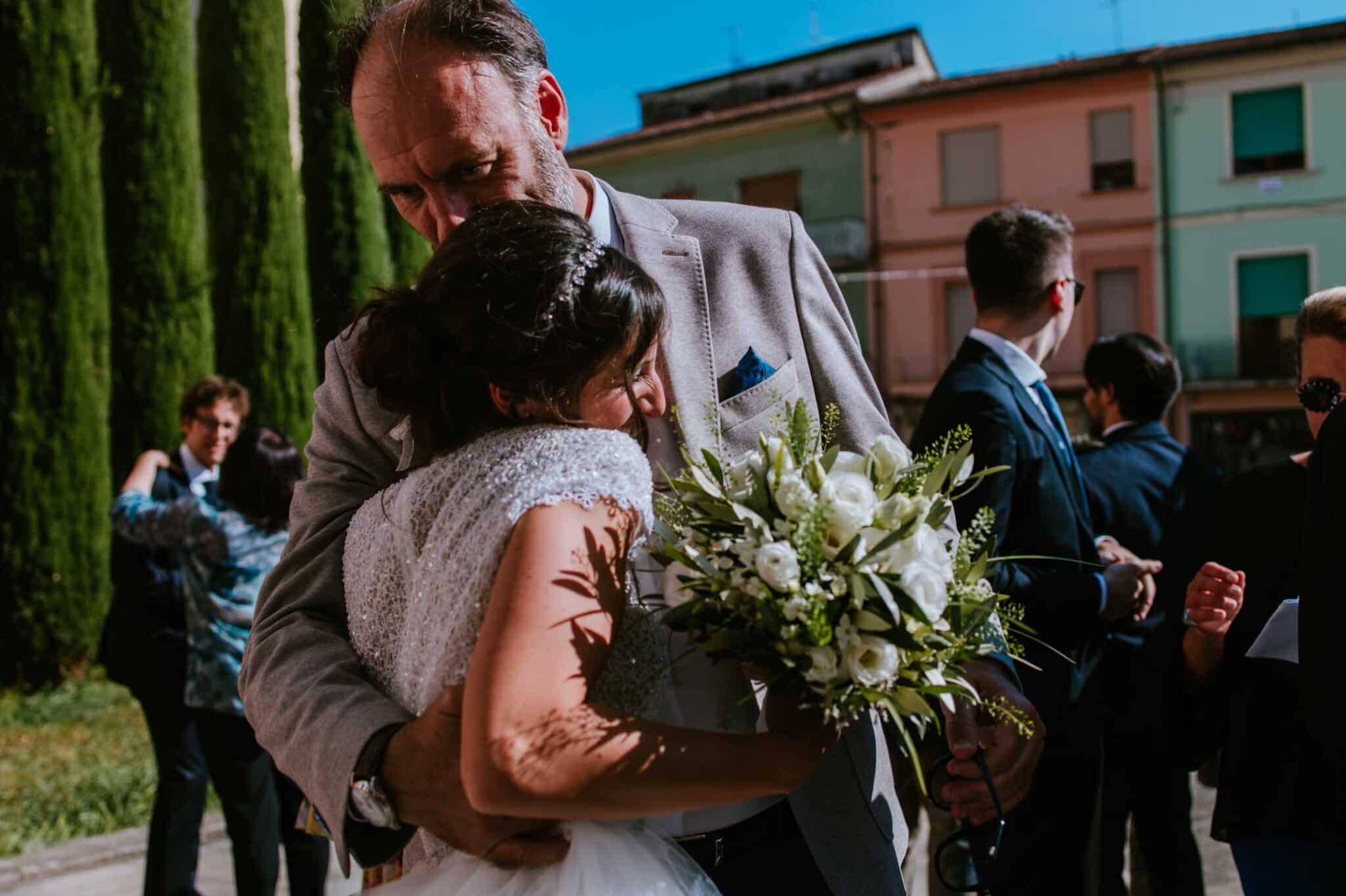 abbracci durante un matrimonio ad Altopascio