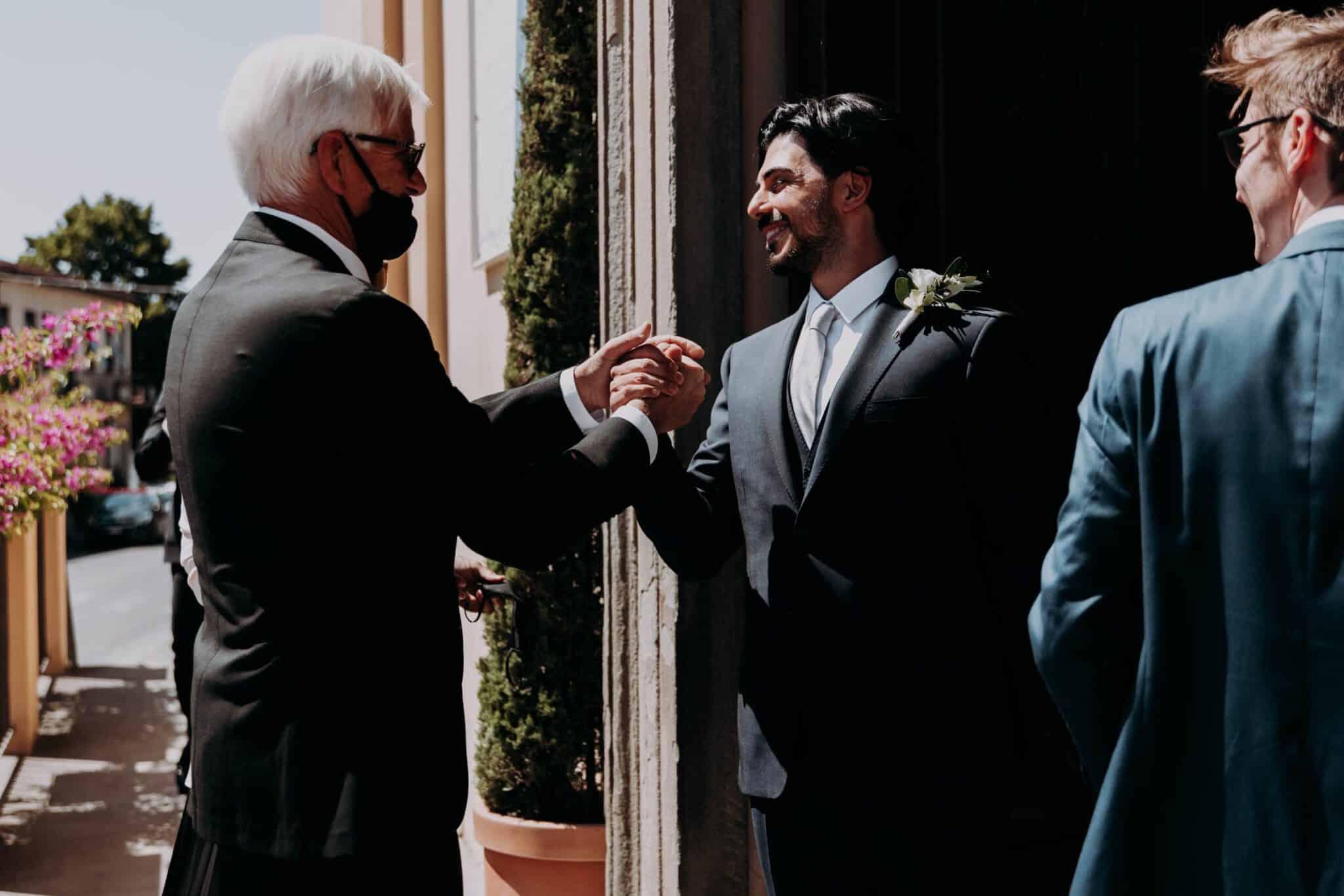 lo sposo dà il benvenuto agli ospiti al matrimonio ad Altopascio