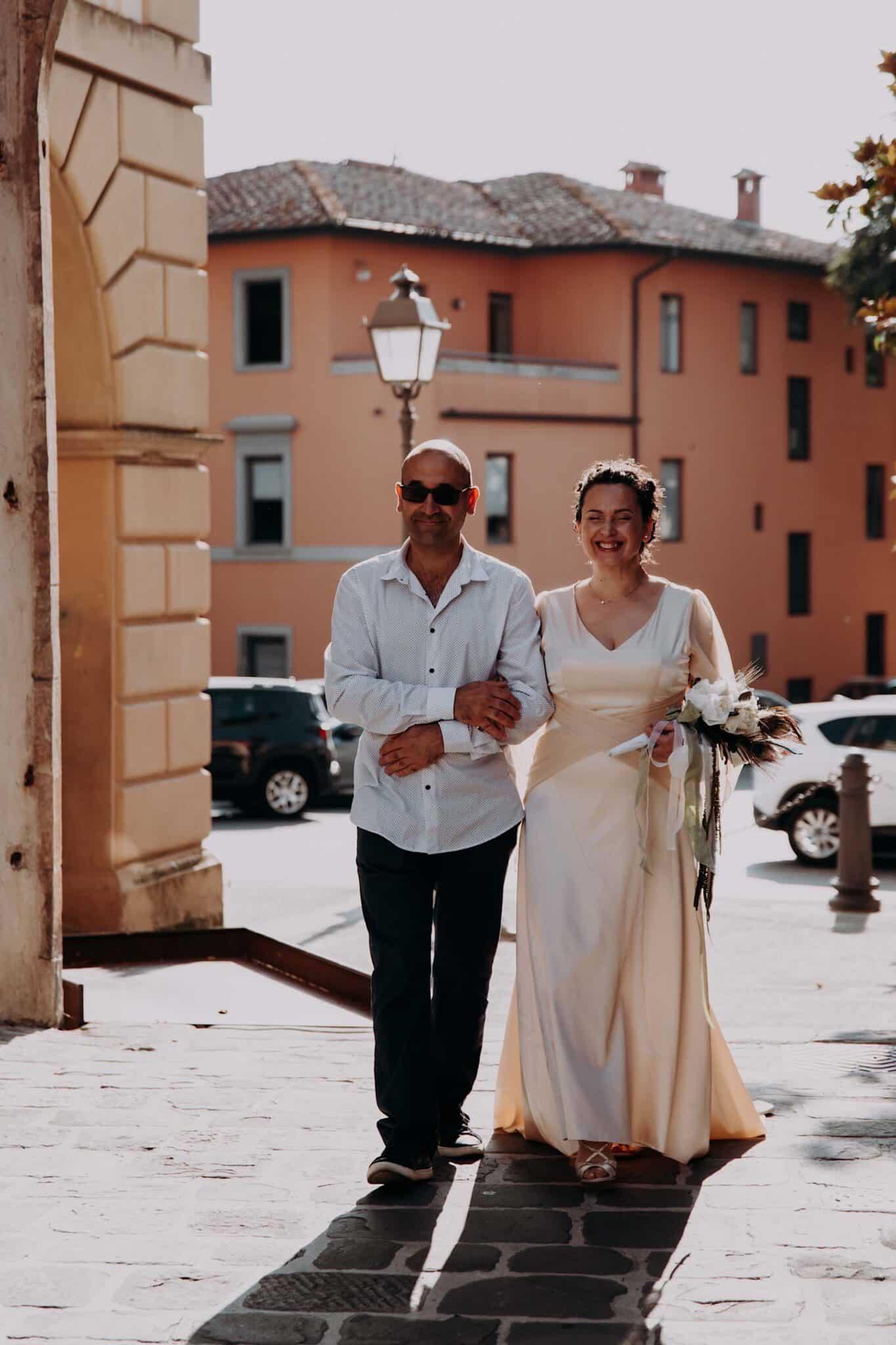 la sposa che viene accompagnata dal fratello