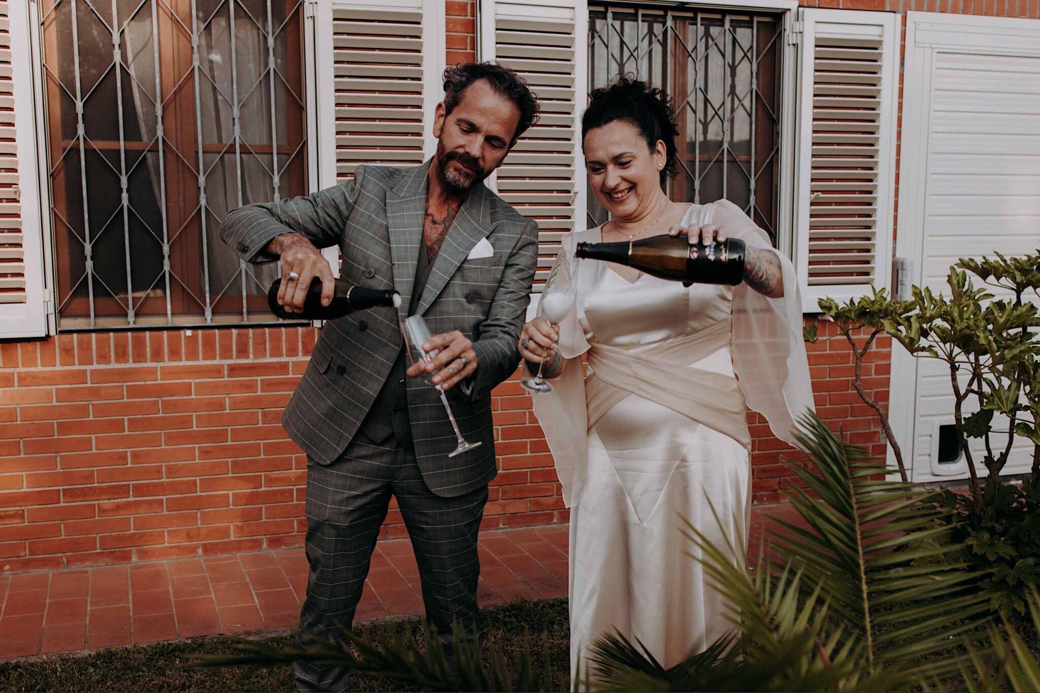 gli sposi festeggiano