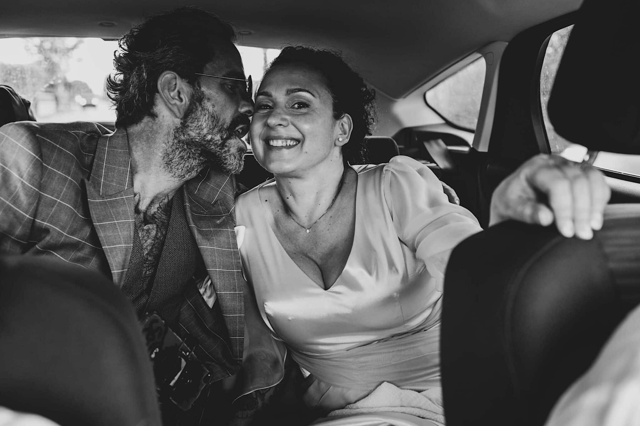 in macchina con gli sposi