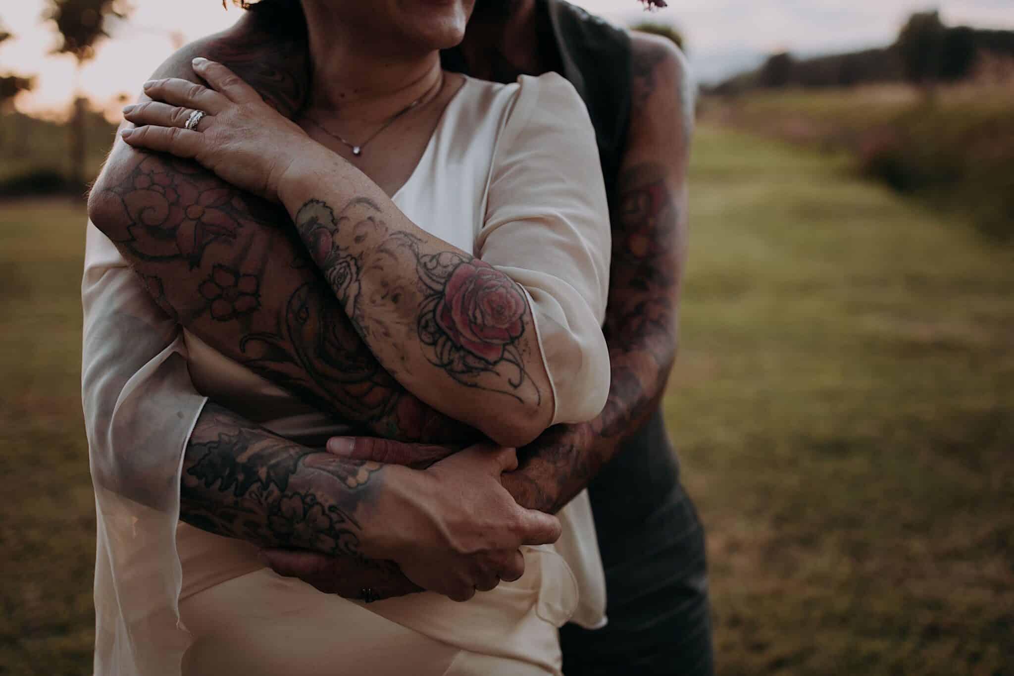 dettagli di tatuaggi di un matrimonio