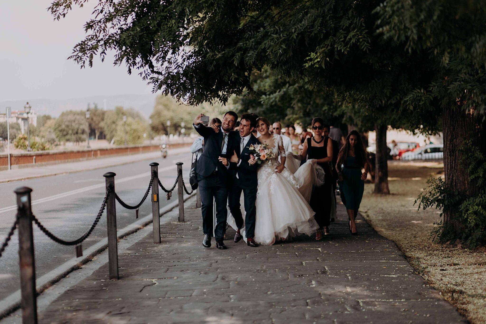 corteo degli sposi con gli amici a Firenze