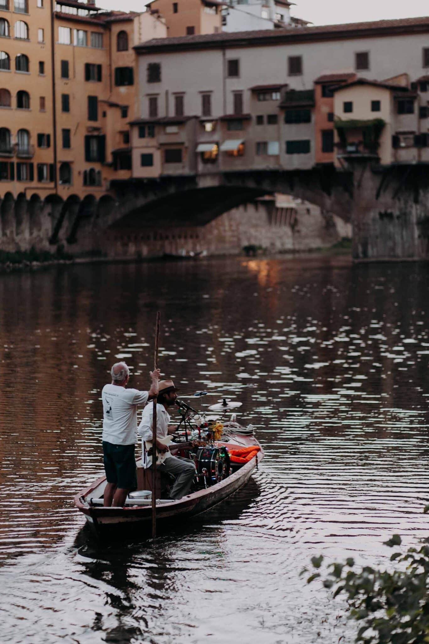 i musicanti mentre navigano sull'Arno