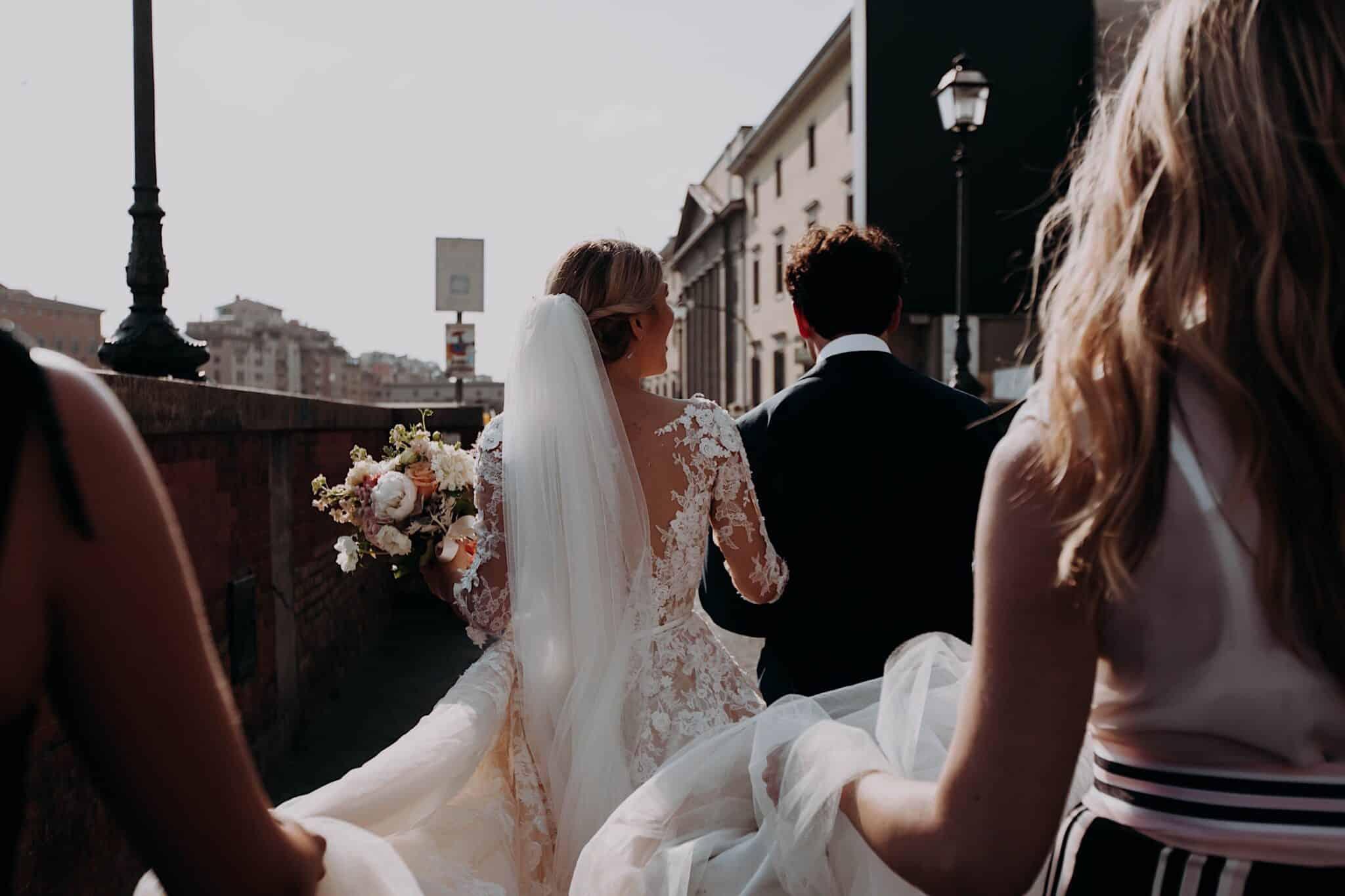 corteo degli sposi con gli amici sul Lungarno a Firenze
