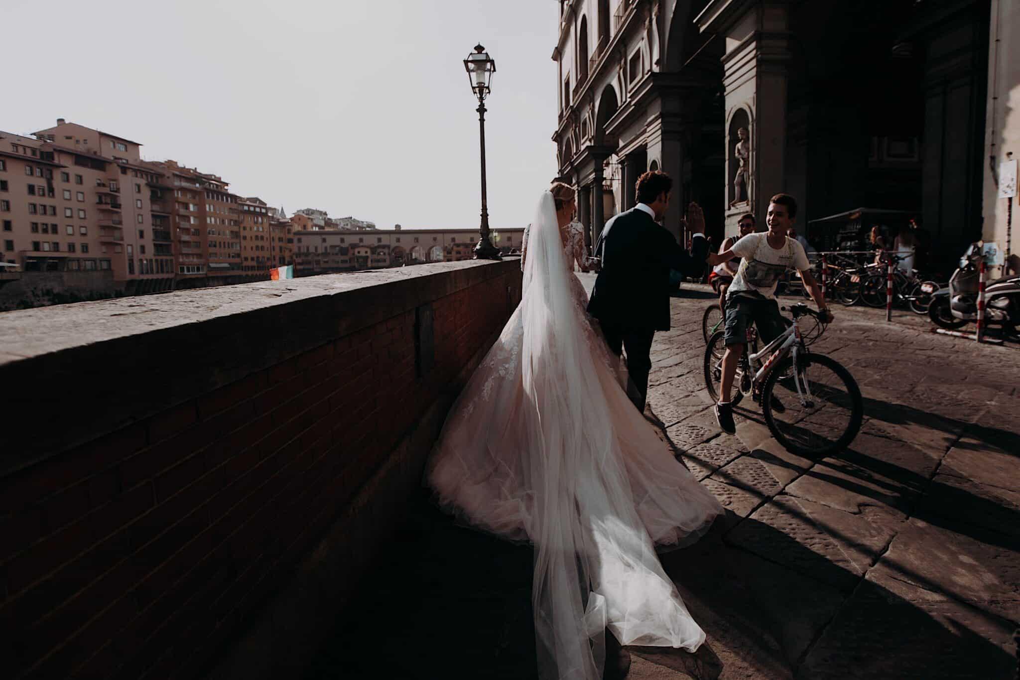 gli sposi che camminano sul Lungarno di Firenze