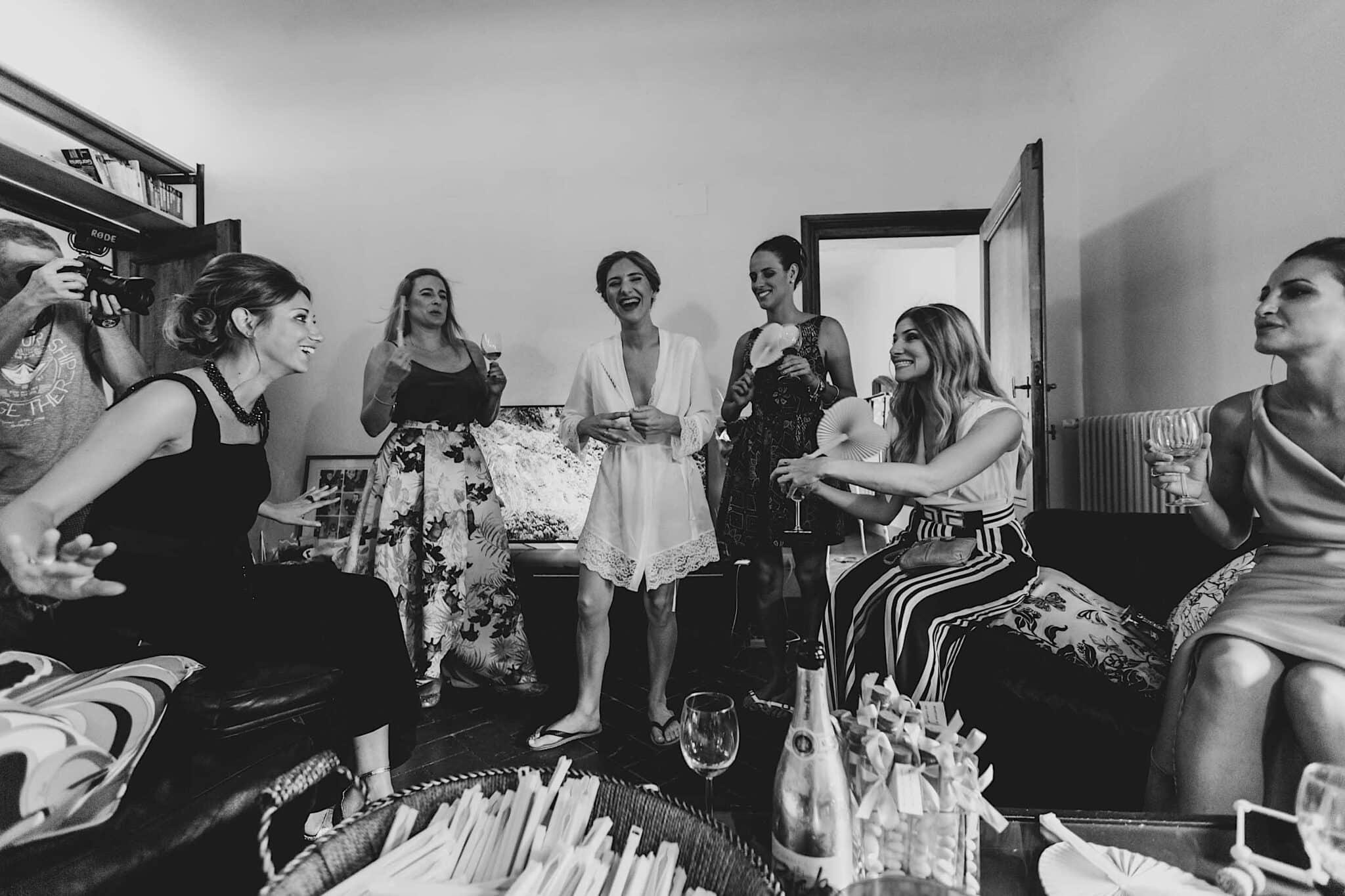 la sposa festeggia con le amiche