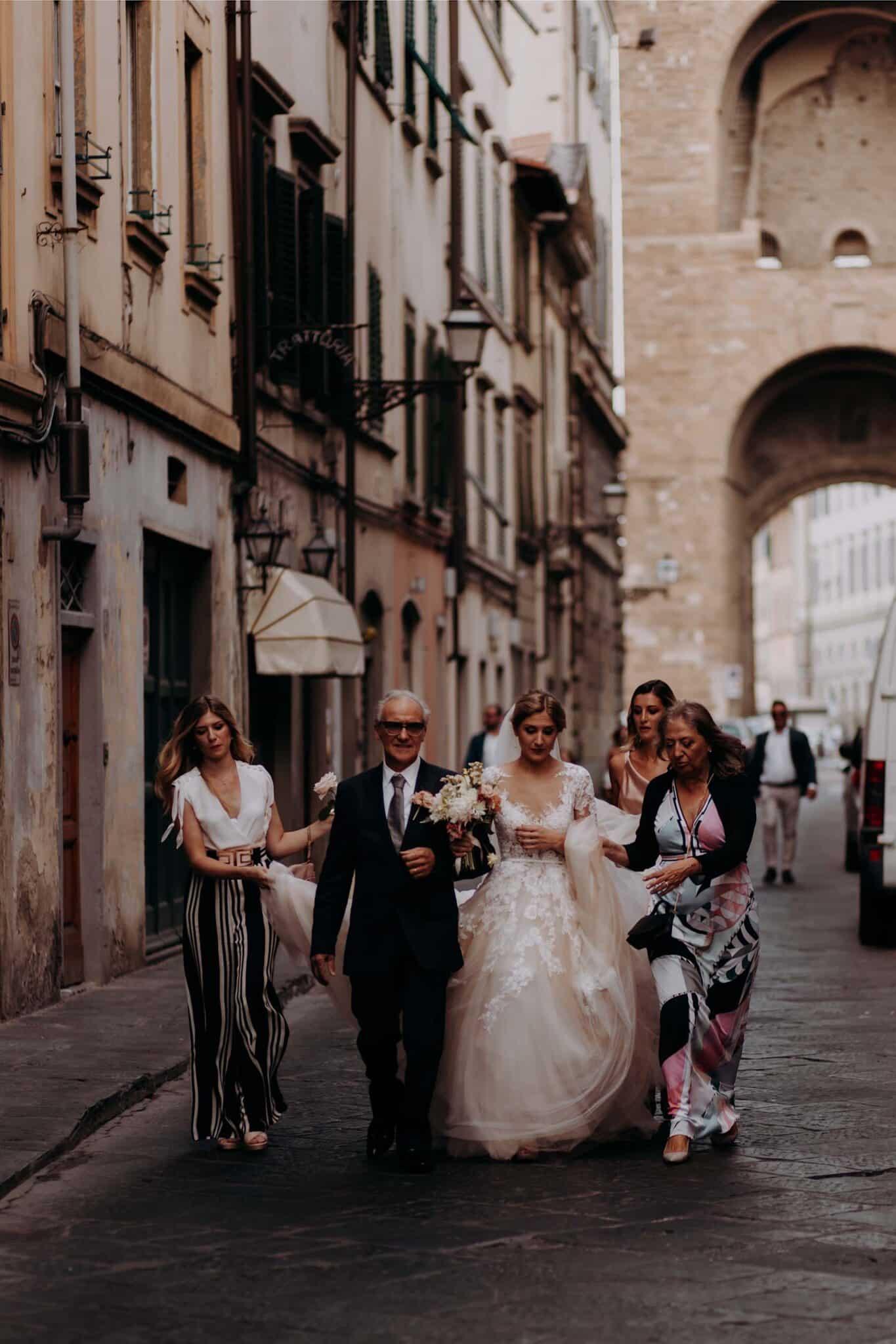 la sposa viene accompagnata alla chiesa di San Niccolò Sopr'Arno a Firenze