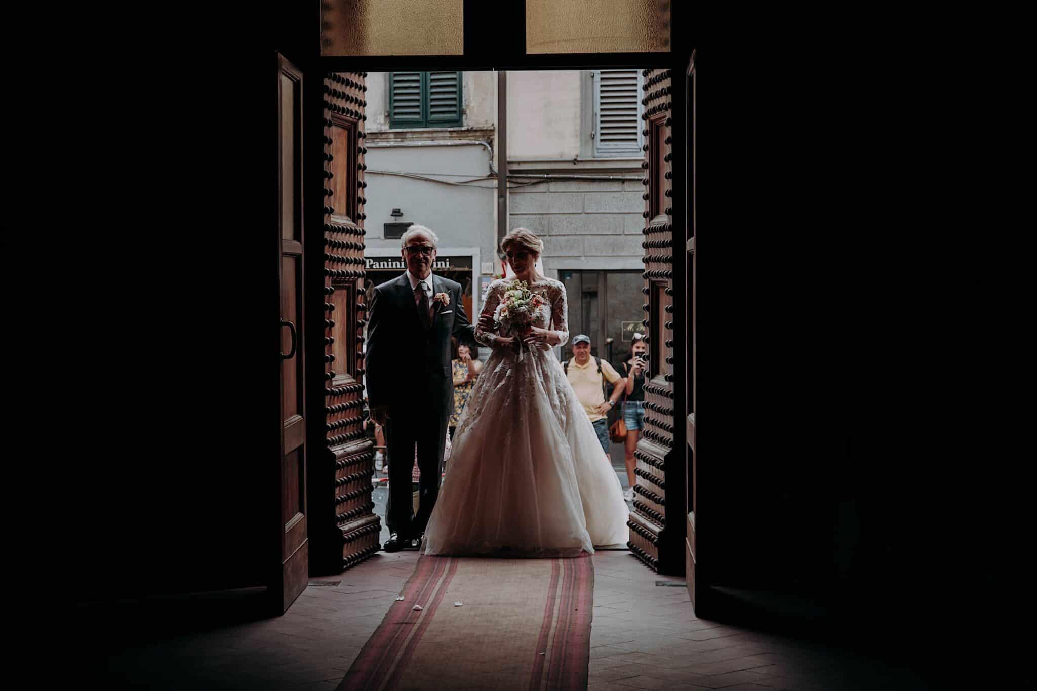 l'entrata in chiesa della sposa con il papà