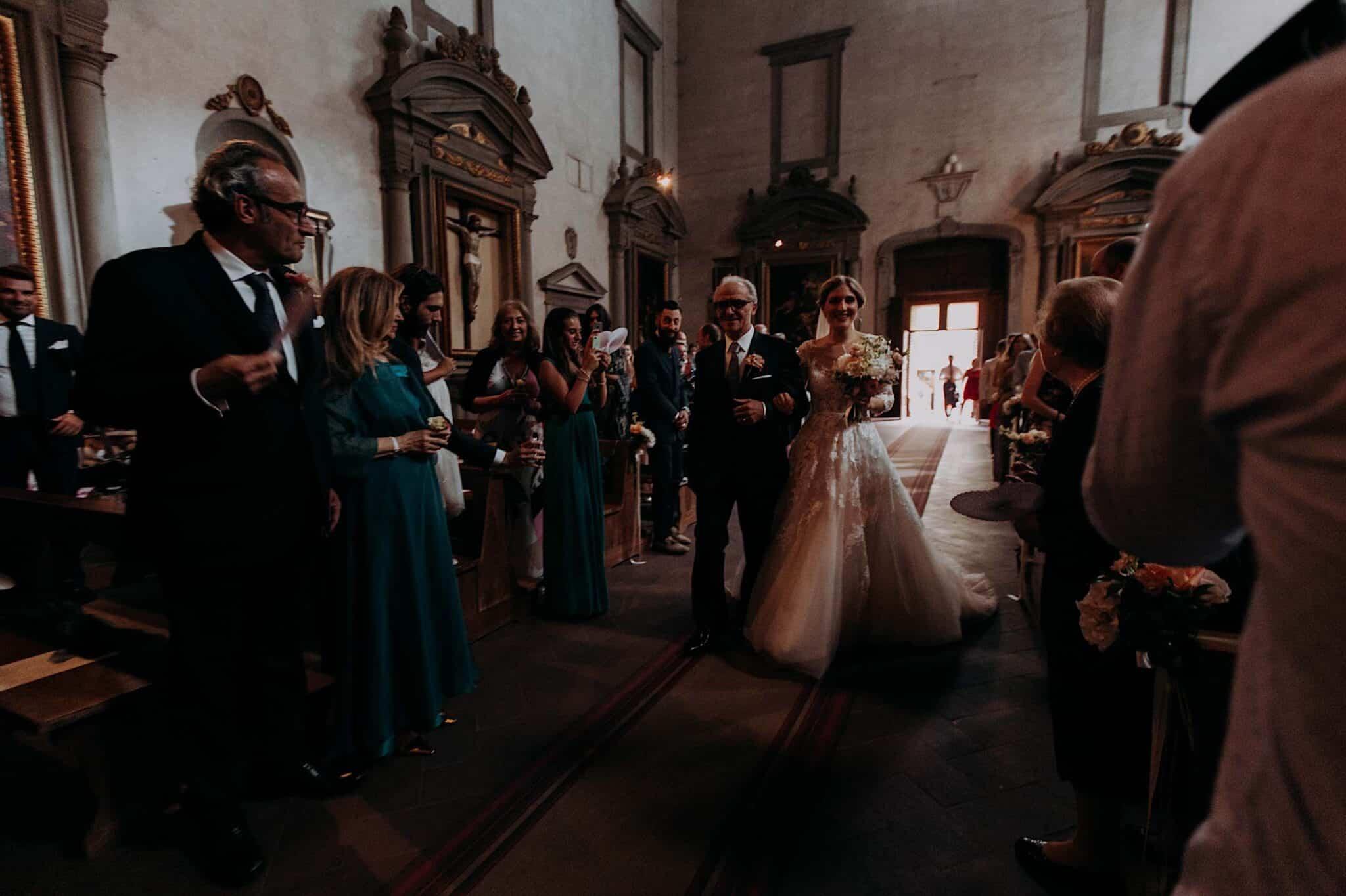 la sposa viene accompagnata all'altare