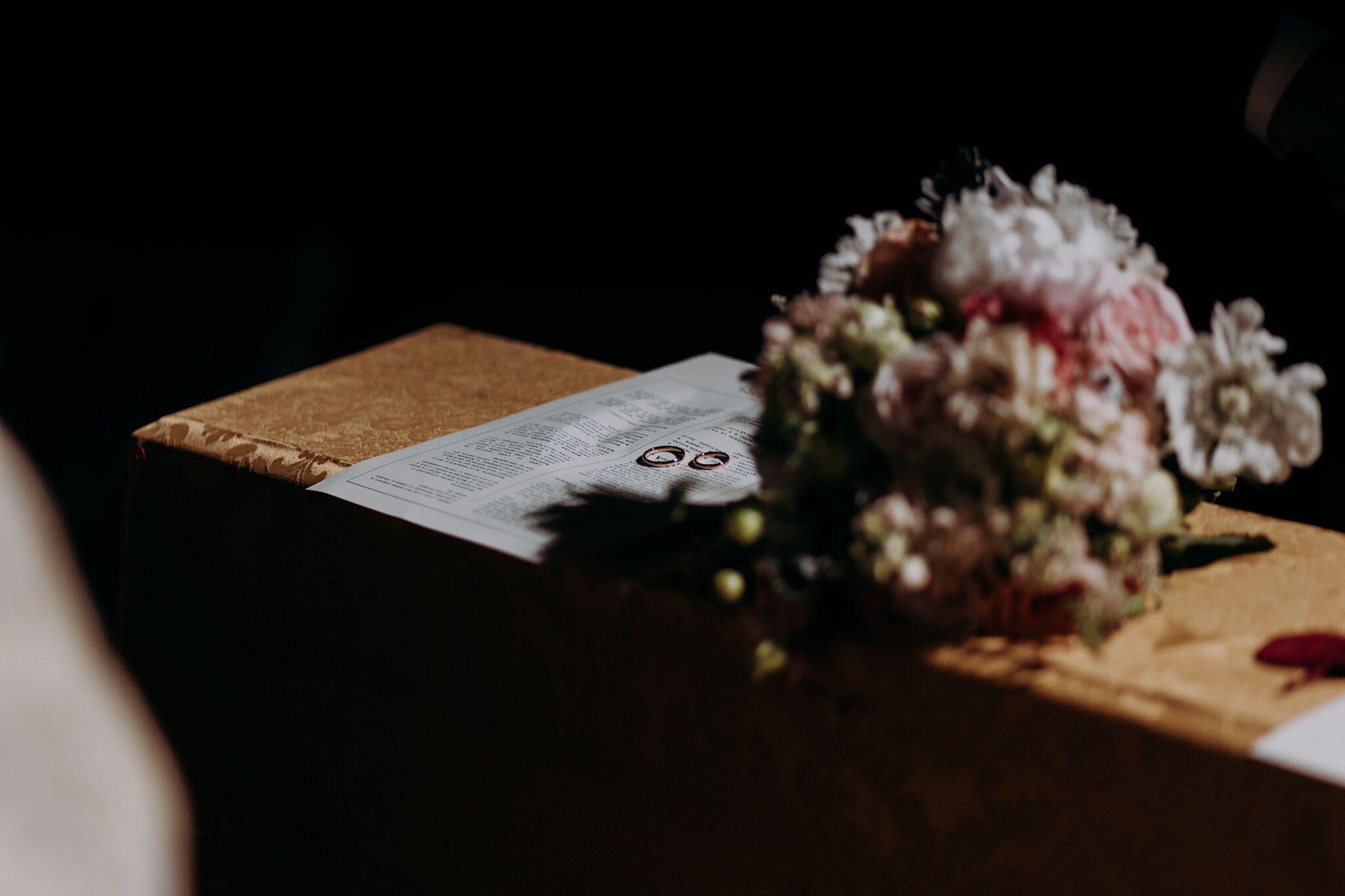 dettagli fiori nella chiesa di San Niccolò Sopr'Arno a Firenze