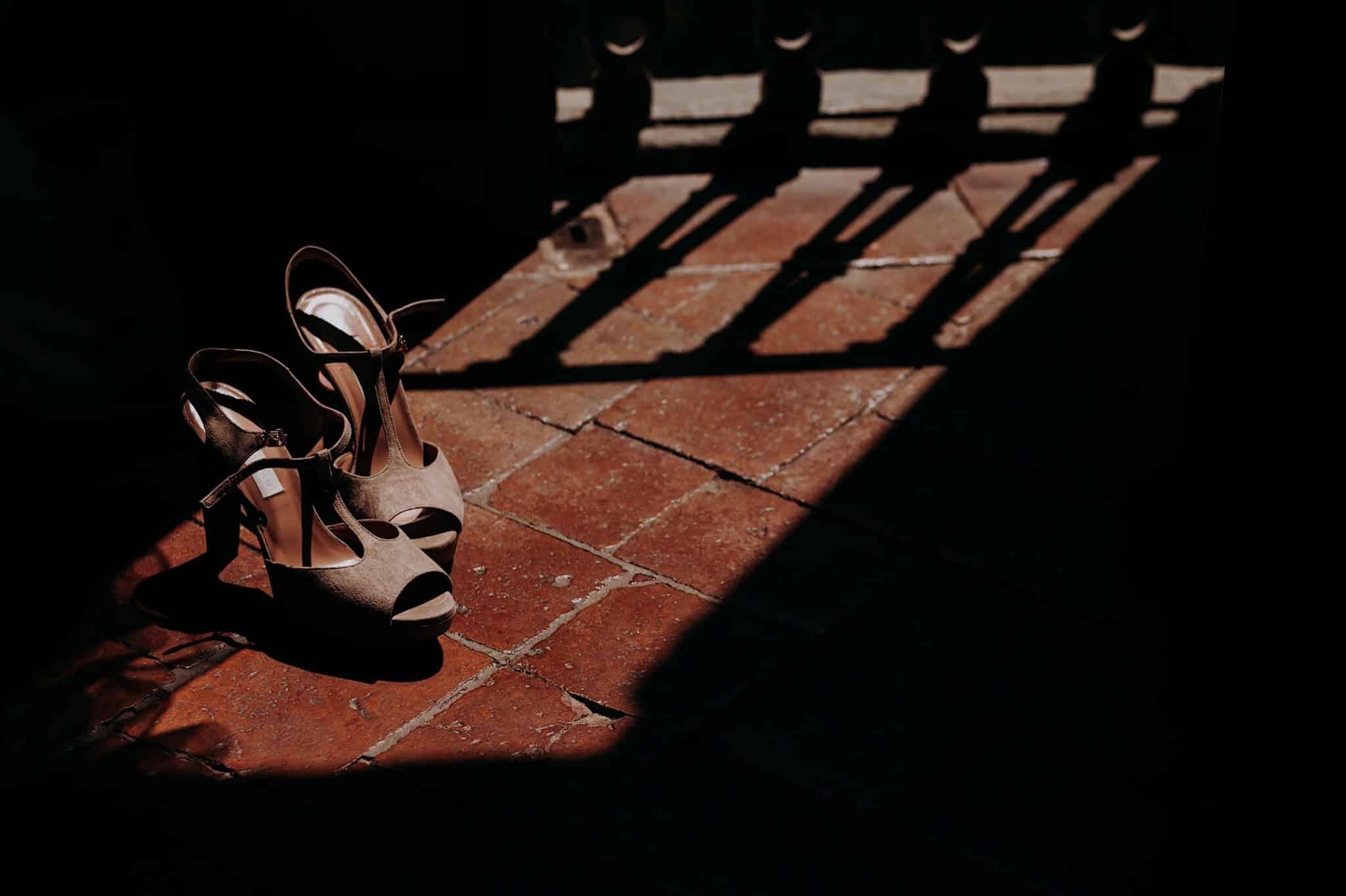 le scarpe della sposa durante i preparativi
