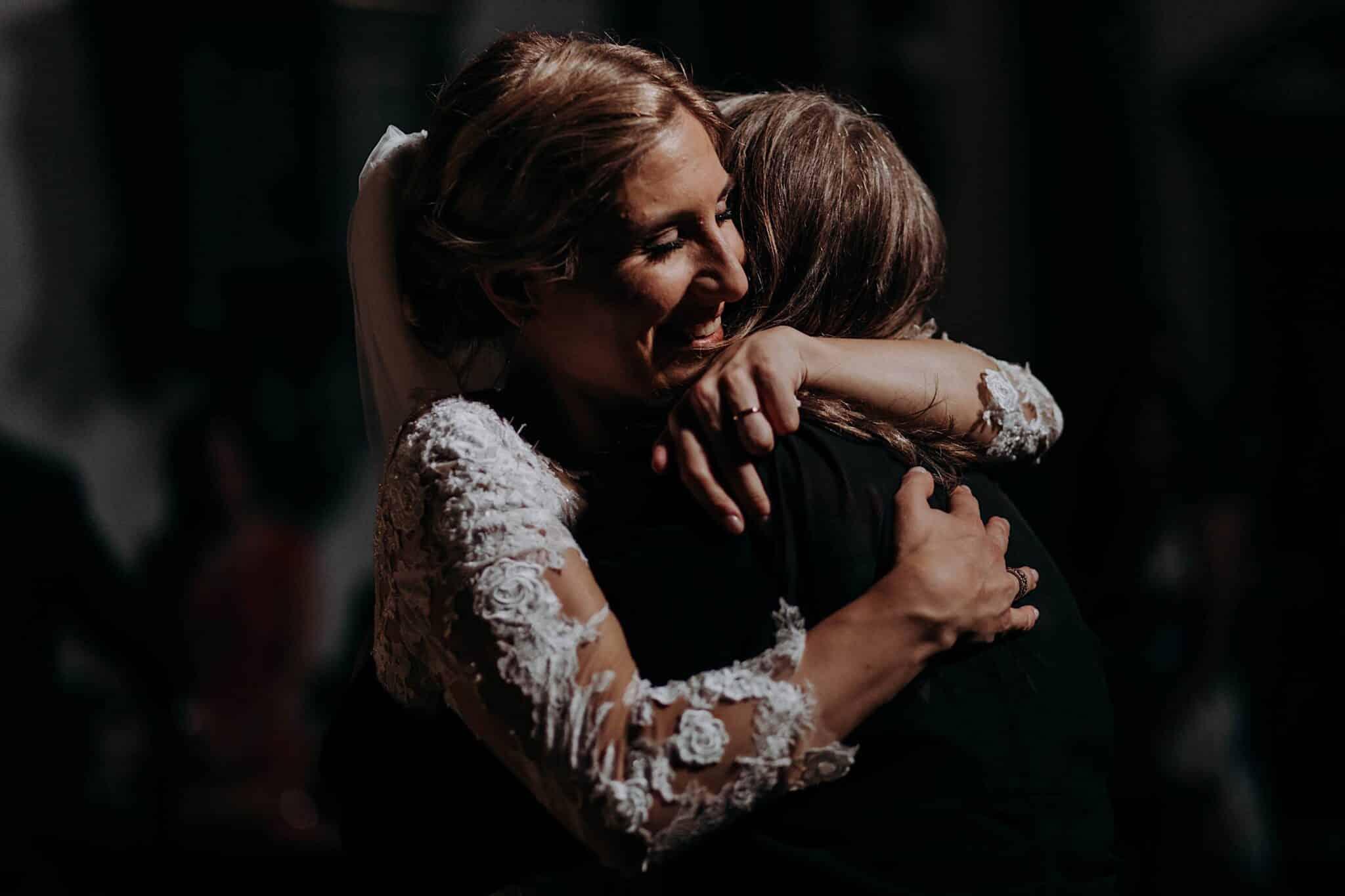 la sposa che abbraccia la mamma