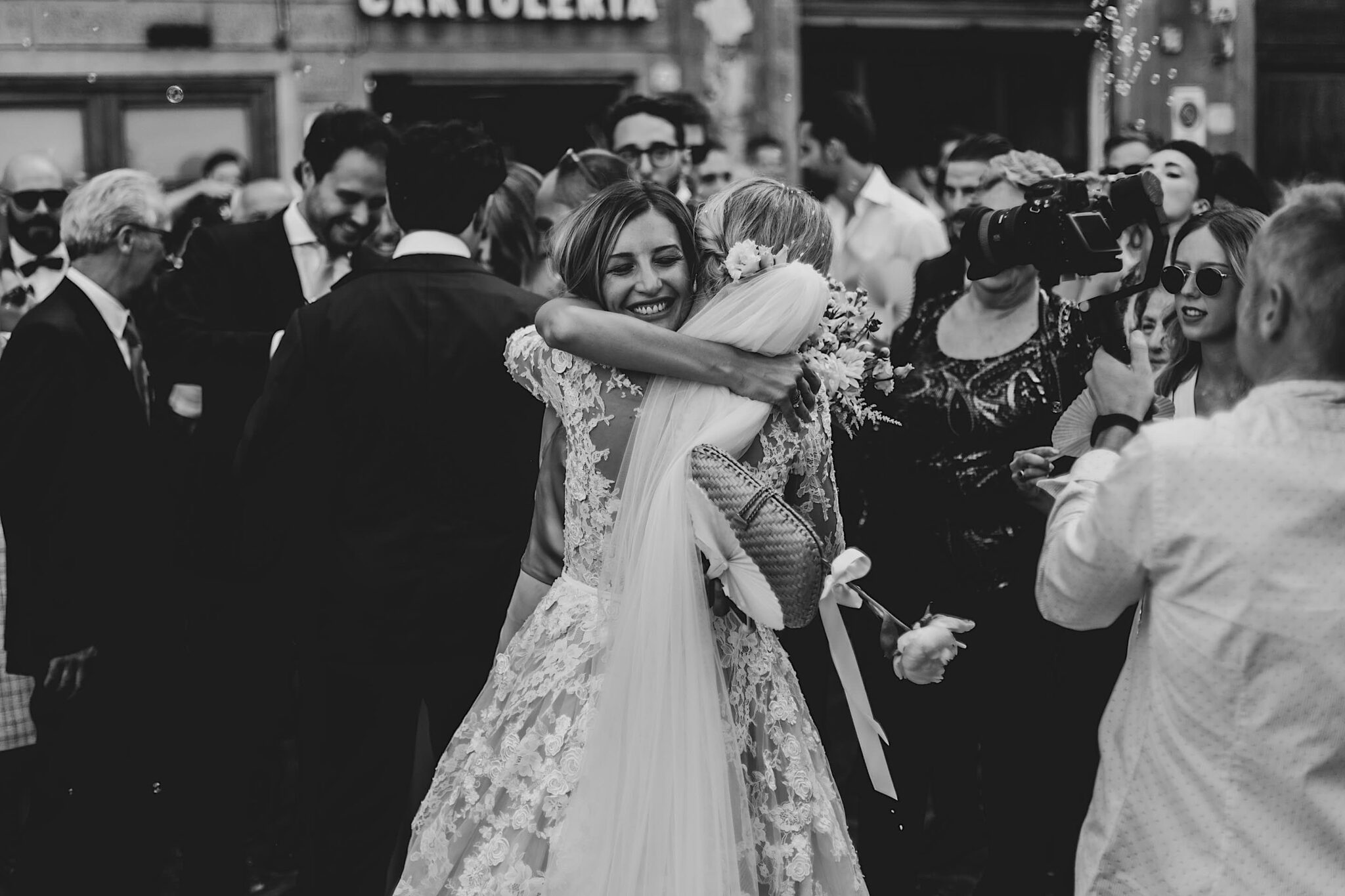 gli sposi salutano gli invitati alla chiesa di San Niccolò Sopr'Arno a Firenze