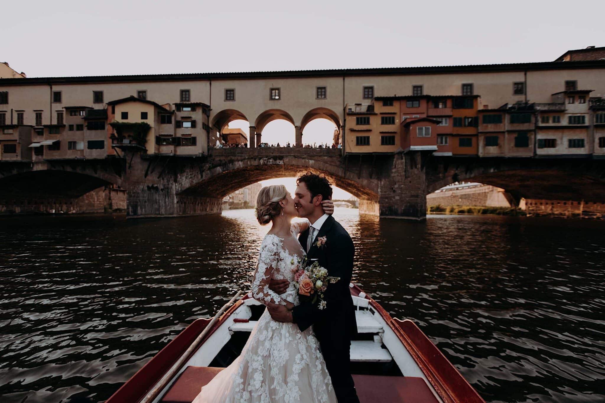 in barca sull'Arno con vista Ponte Vecchio a Firenze
