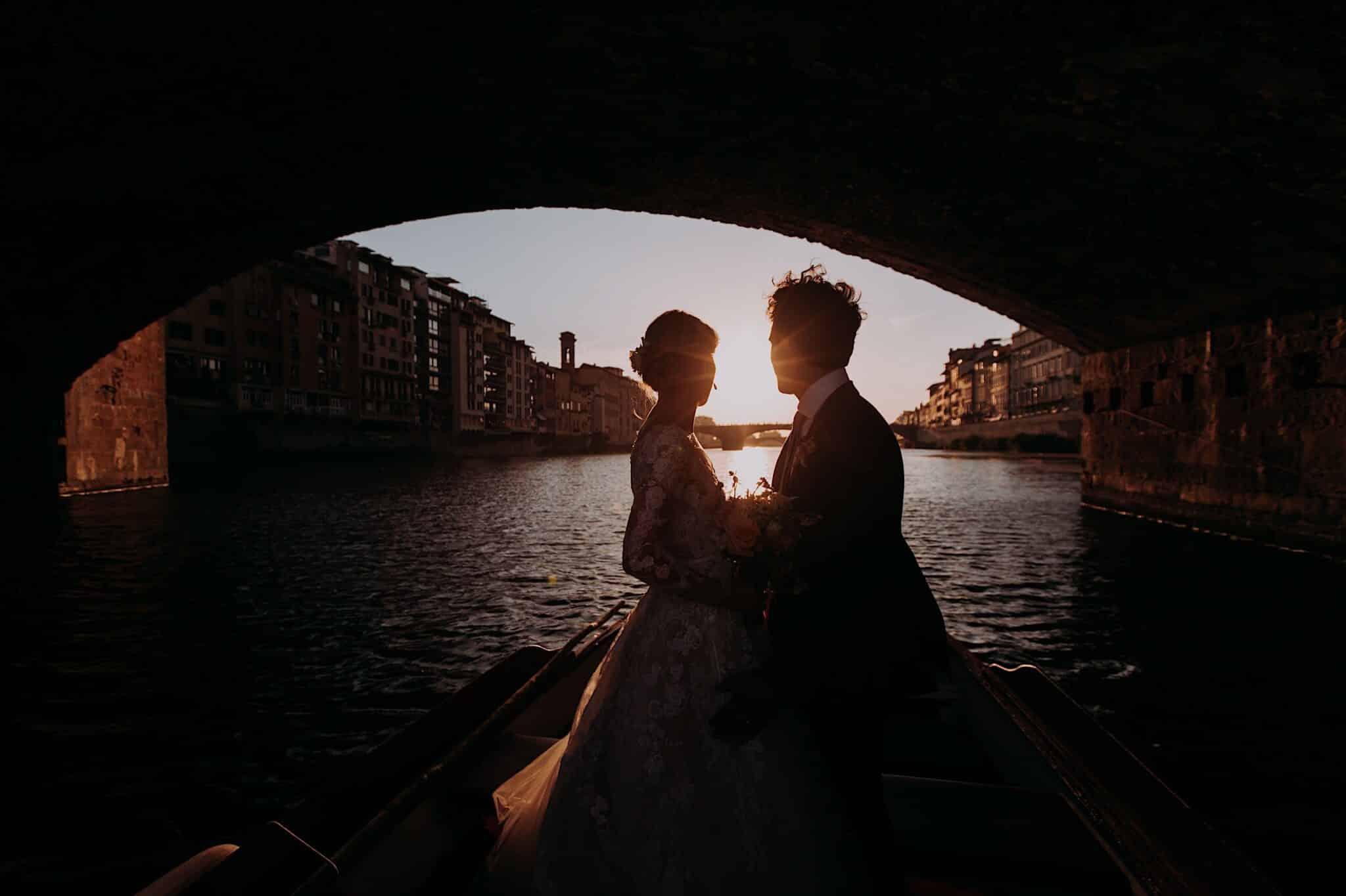 in barca sotto il Ponte Vecchio a Firenze